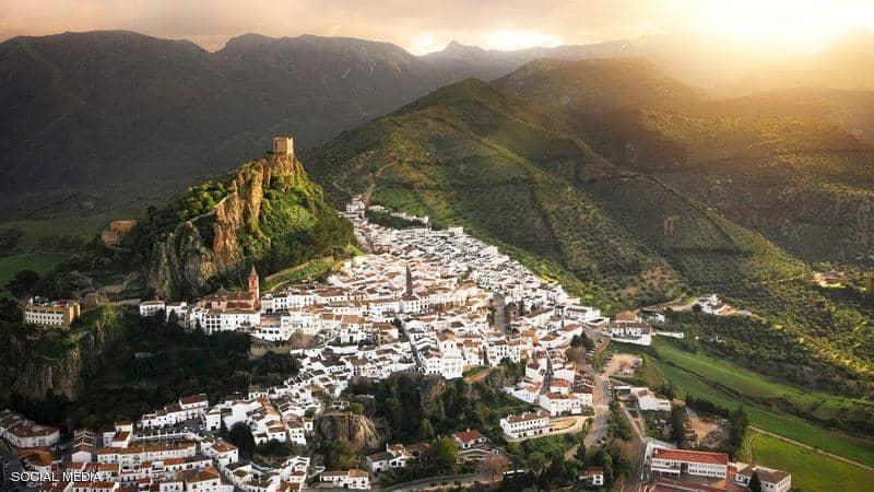 بأسلوب القرون الوسطى.. اسبانيا تعزل بلدتها