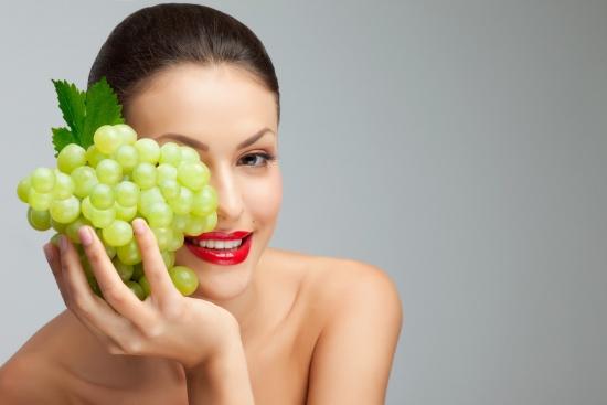 تعرفي على فوائد العنب الأخضر للتخسيس