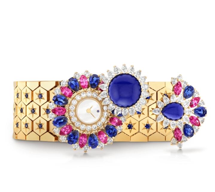 ساعة يد مرصّعة بالأحجار الملونة من دار فان كليف أند آربلز Van Cleef & Arpels لعيد الأضحى ٢٠٢١