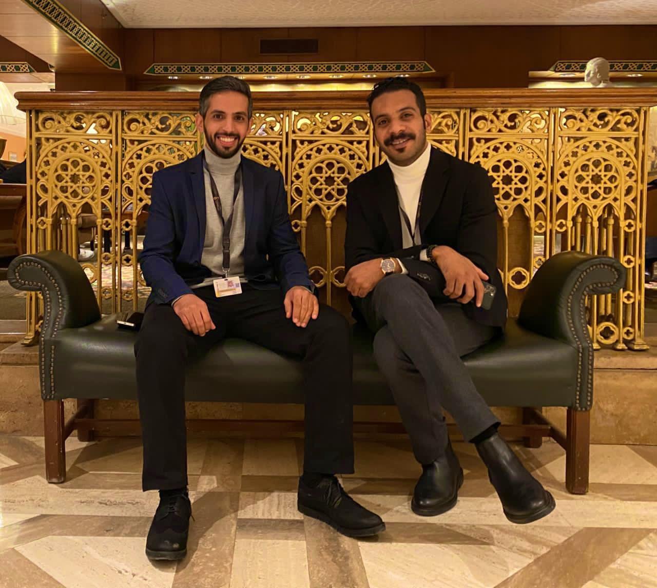 المخرج عبد العزيز الشلاحي مع الممثل فيصل الدوخي