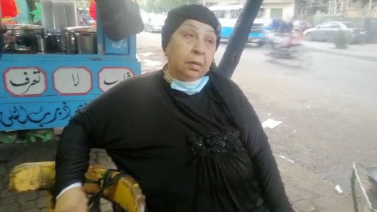 فاطمة كشري بجوار عربة الكشري الشهيرة