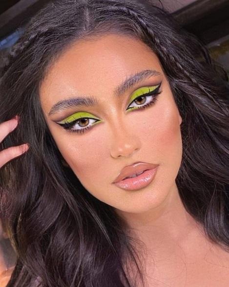 ظلال عيون نيون باللون الأخضر مع مكياج ترابي - صورة 2- الصورة من صفحة make up ilium على إنستجرام