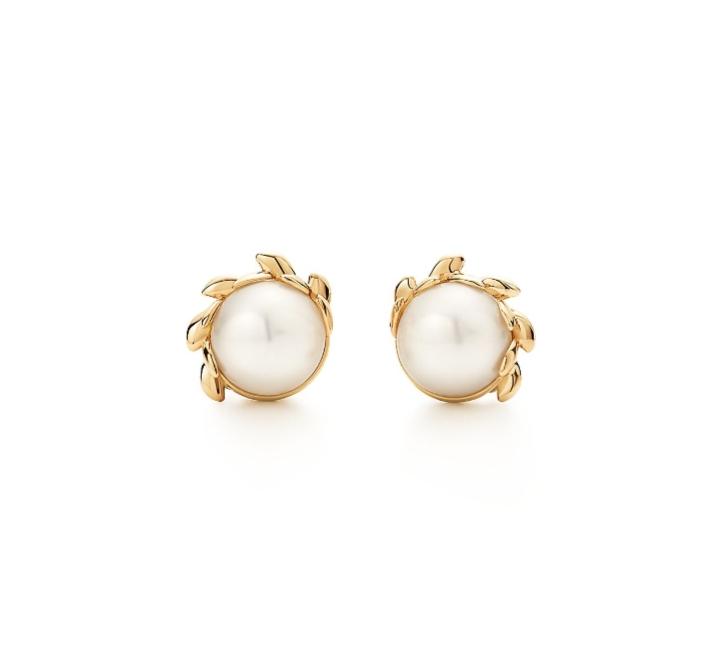 أقراط بالذهب مزينة باللؤلؤ من ماركة تيفاني أند كو Tiffany & Co