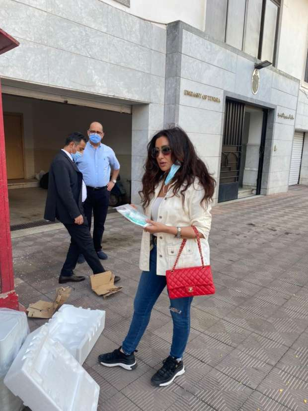 لطيفة العرفاوي امام سفارة تونس في مصر اثناء تسليمها 100 جهاز اوسجين لشحنها الى تونس الصورة من موقع لطيفة على الفايس بوك.jpg