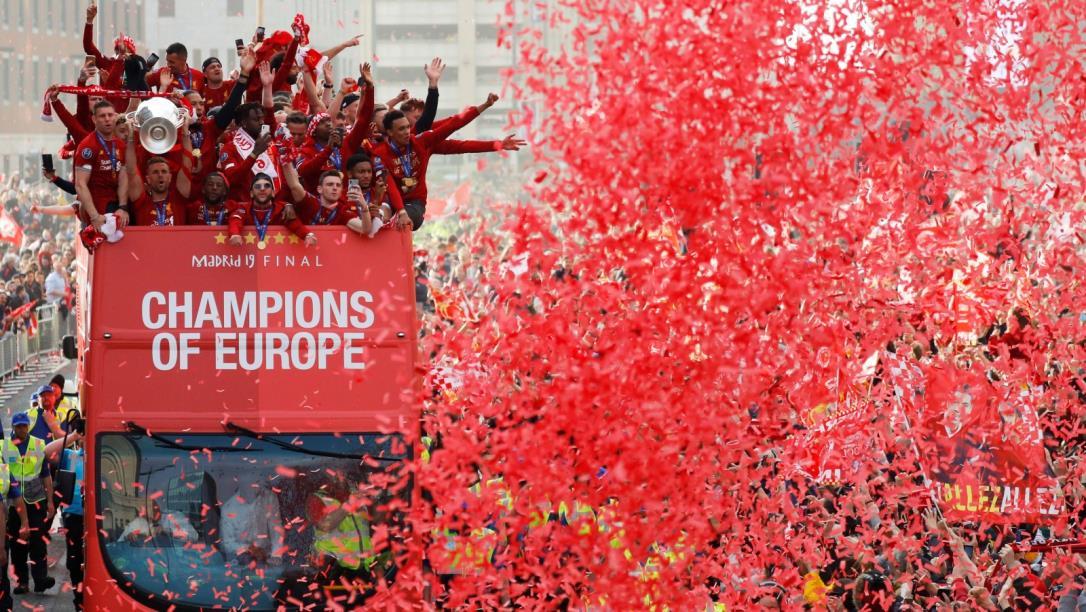 انجلترا تستقبلفريقها استقبال الأبطال بعدتتويجه بلقب دوري أبطال أوروبا لكرة القدم